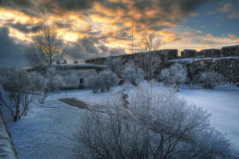 Военная крепость Суоменлинна - один из самых интересных исторических памятников. Суоменлинна включена в список всемирного наследия ЮНЕСКО, а для многочисленных туристов тут проводят экскурсии. Крепость представляет собой сеть укреплений, возведенных а восьми островах, которые носят название Волчьи шхеры.