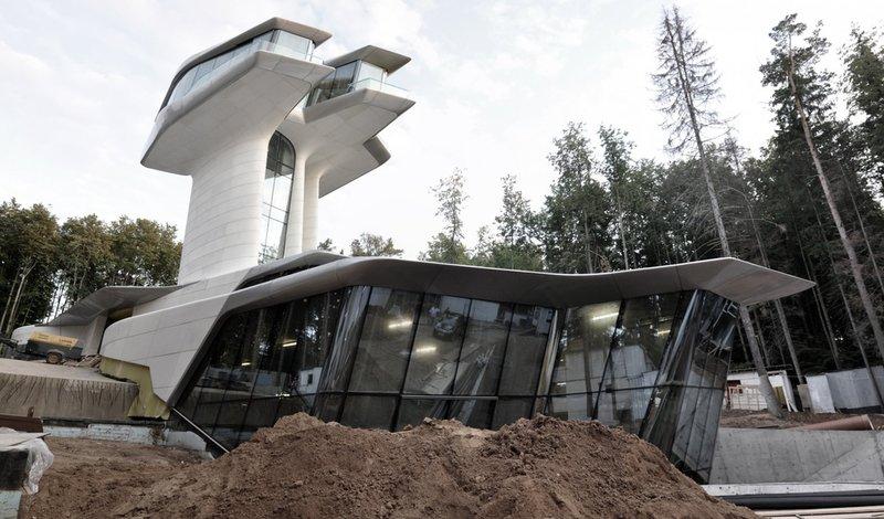 Дом в Барвихе по проекту знаменитого британского архитектора Захи Хадид напоминает космический корабль или дом из будущего.