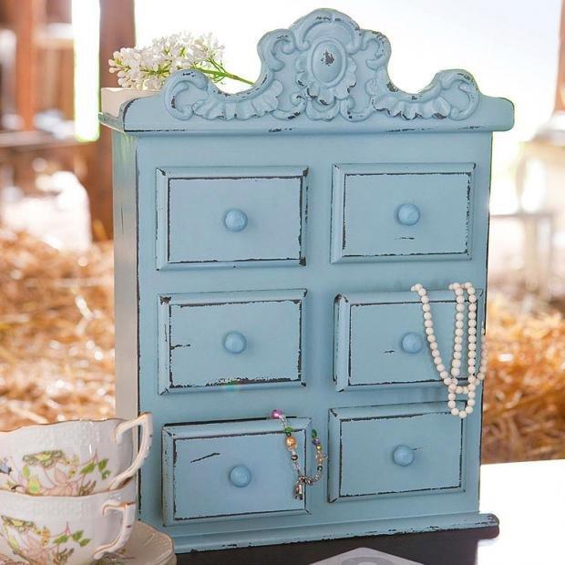 Состаренный шкафчик для украшений голубого цвета