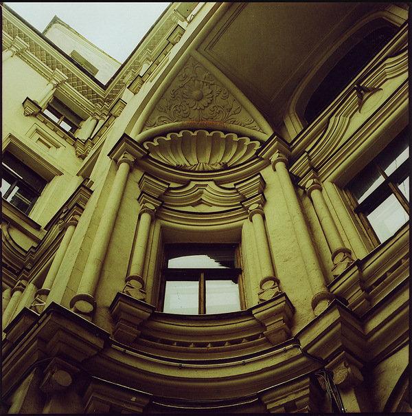 Сторонники стиля призывали пересмотреть все аспекты зодчества, отказавшись полностью от художественных традиций. Архитектура в стиле модерн исключала необходимость вписывать здания в традиционные симметричные схемы композиций. Проектирование осуществлялось свободно, с учетом целесообразности распределения групп и отдельных помещений. Таким образом, стали создаваться живописные и свободные объемно-пространственные архитектурные структуры.