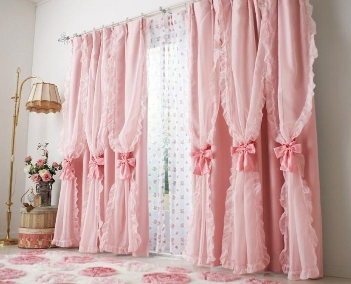 Для шебби-шика характерна многослойность, потому три слоя ткани в шторах вполне уместны