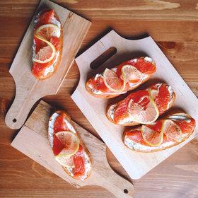 брускетты с красной рыбой и творожным сыром