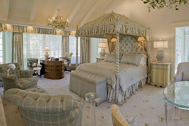 Красивый балдахин в роскошной спальне