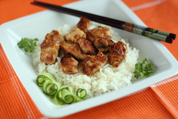 Рыба в имбирном маринаде.  В этом рецепте самое важное — хорошее качество рыбы. Лучше использовать свежую рыбу, которая не разваливается при жарке. В данном рецепте представлено филе белой рыбы.  Рисовый уксус, соевый соус и имбирь придают рыбе необыкновенный оттенок.
