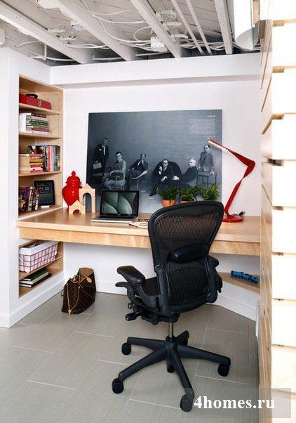 При обустройстве домашнего офиса в маленькой квартире нужно обращать внимание на правильное использование каждого сантиметра жилого пространства