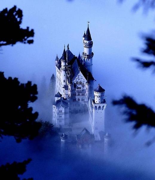 """Замок Нойшванштайн был возведён по указанию сказочного короля Людвига II, очень не любившего Мюнхен, но любившего строить, как писал Фейхтвангер, """"в разных труднодоступных"""