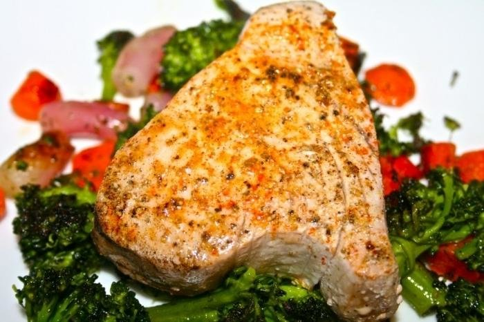 Стейк из тунца на гриле с овощами