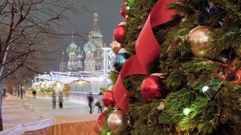 Хоть раз в жизни встретить Новый год на Красной площади и загадать желание под бой Кремлевских курантов должен каждый житель Москвы.