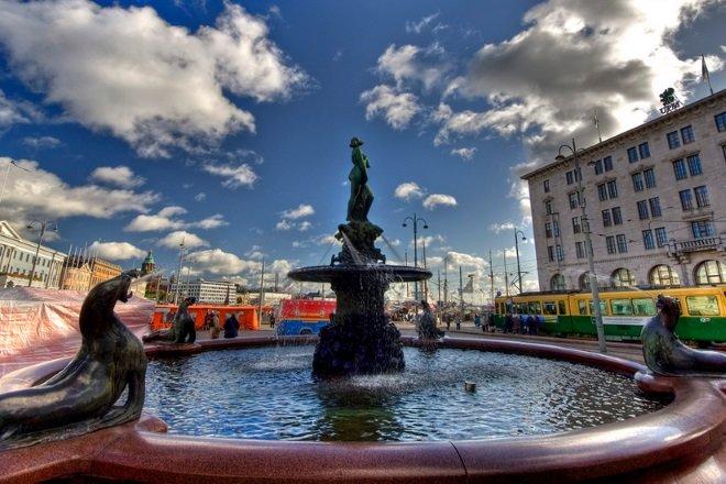 Сенатская площадь — это так называемая «визитная карточка» города. На ней расположен Кафедральный собор, главный корпус Хельсинского университета, Здание Государственного совета, Дом Седерхольма и памятник Александру II.