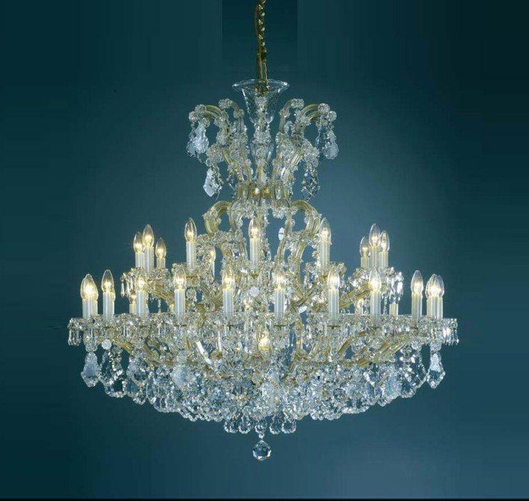Хрустальные люстры, множество светильников со стеклянными подвесками, бронзовые канделябры.