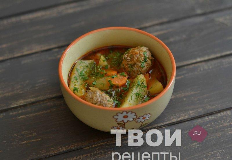 Фрикадельки в томатном соусе с картофелем и зеленью