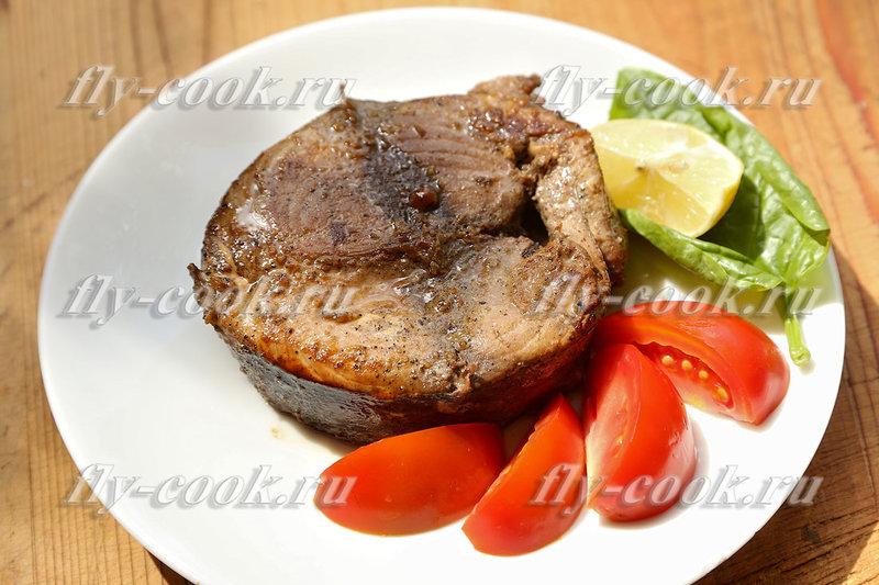 Жареный вкусный тунец со специями