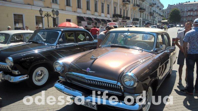 На Приморском бульваре состоялась выставка ретро-автомобилей.
