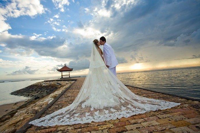Свадьба на Бали.В последнее время достаточно модными среди молодежи со всего мира стали свадебные церемонии, проводимые на заграничных курортах.