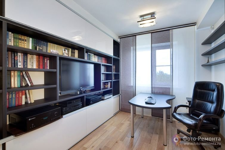 Домашний кабинет в современном стиле - Белые стены (кожаное кресло и телевизор)