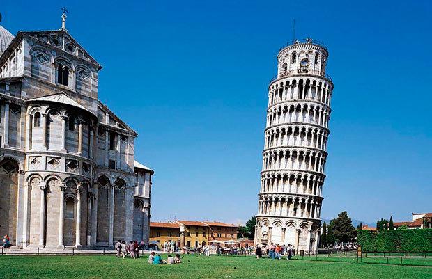 Несомненно Европа является континентом, который имеет наибольшее количество самых популярных и посещаемых памятников в мире. В связи с этим, представляем к Вашему вниманию лучшие достопримечательности Европы. 15. Пизанская башня   Входящая в архитектурный комплекс знаменитой площади Чудес, объявленная объектом