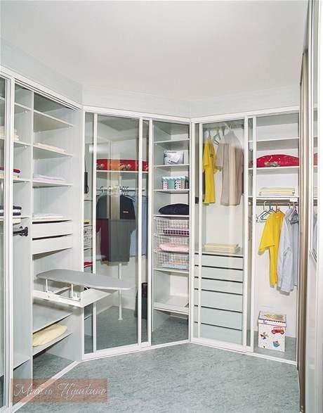 Белая угловая гардеробная вмещает множество вещей и аксессуа.