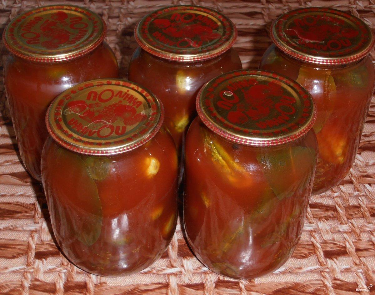 После 2-х заливок заполняем банки горячим томатным соком, закатываем и даем остыть вверх дном.