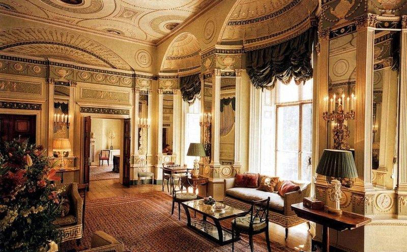 Предпочтительно напольное покрытие в стиле классицизм – паркет, лучшего всего художественный, изготовленный из различных древесных пород. Интерьер жилых комнат будет уместно дополнить ковром.