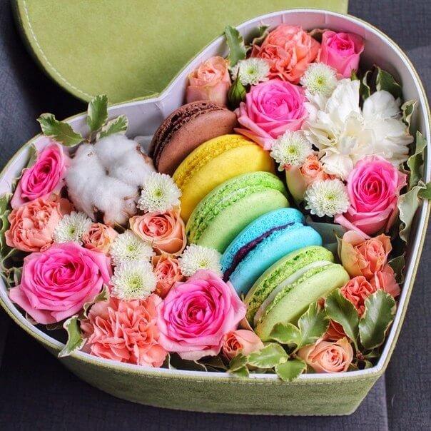 Цветы в коробке - оригинальный подарок, который доставит массу удовольствия виновнику торжества. Вы можете дополнить такой букет подарком или сладостью