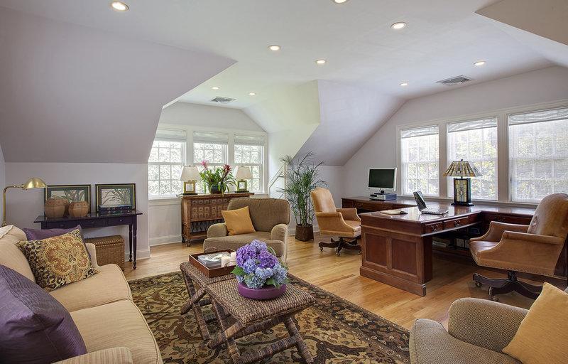 большой домашний кабинет с потолочным точечным освещением и настольной лампой