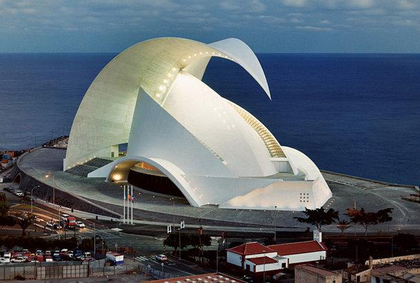 Оперный театр в Санта-Крус, столице Тенерифе, торжественно открылся в сентябре 2004 года.