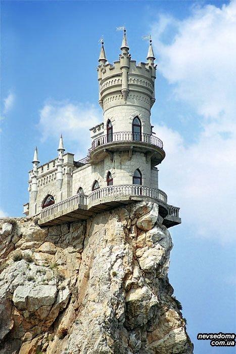Маленький замок на краю скалы Сочи