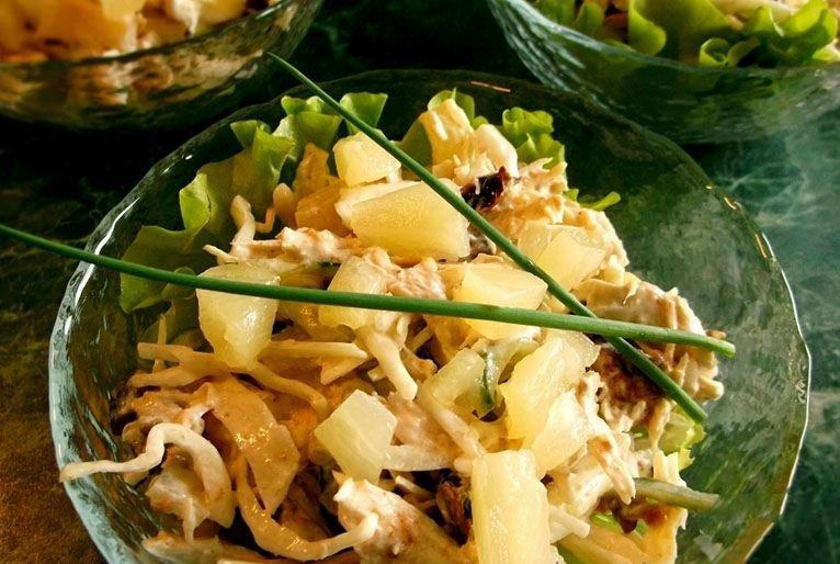 Не стоит думать, что ананасы испортят его своим сладким вкусом, наоборот, они придадут приятный аромат, сделают мясо нежнее и сочнее.