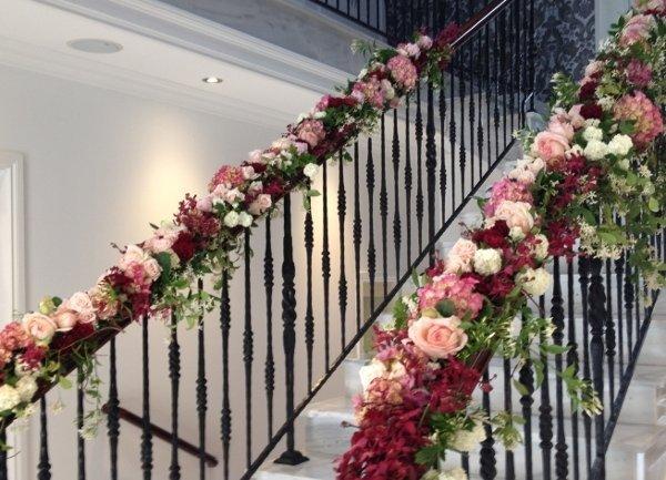 Свадебное украшение лестницы гирляндой