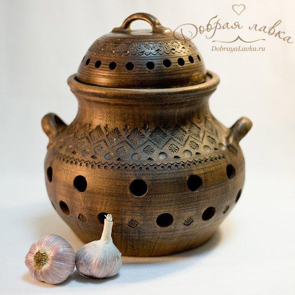 Глиняная посуда прекрасно подходит для хранения лука и чеснока.