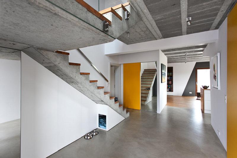 Дом площадью 140 квадратных метров в Познани, Польша, разработан на основе концепции «меньше значит больше». Современные тенденции и умные дизайнерские решения воплощены в скромном и обаятельном скандинавском стиле.