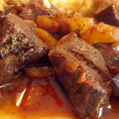 Добавить мл домашнего томата и две столовых ложки с горкой сметаны.