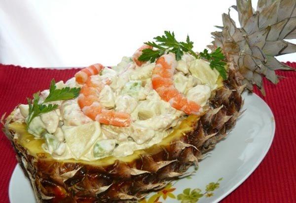 рецепты салатов в тарелке из свежего ананаса с фото