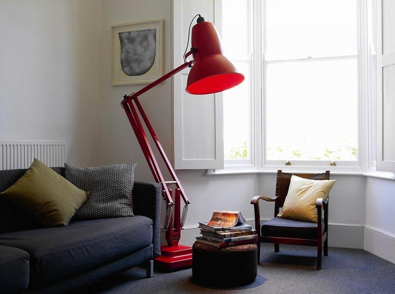 огромный красный торшер, как залог освещения в домашнем кабинете