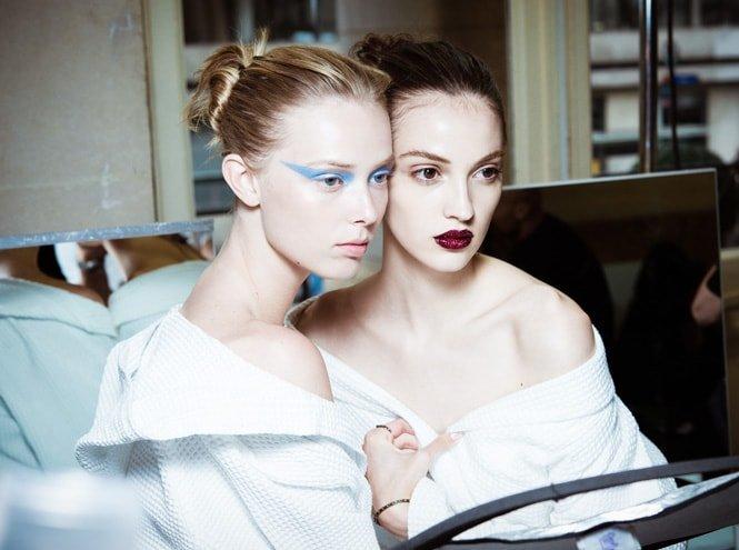 В рамках Недели высокой моды Донателла Версаче представила коллекцию Atelier Versace Haute Couture осень-зима 2016/2017. Помимо сложных силуэтов, показ запомнился ярким гипертрофированным макияжем.