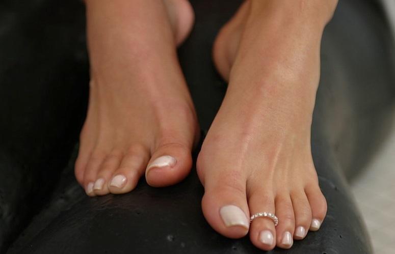 Крупным планом женские ступни фото
