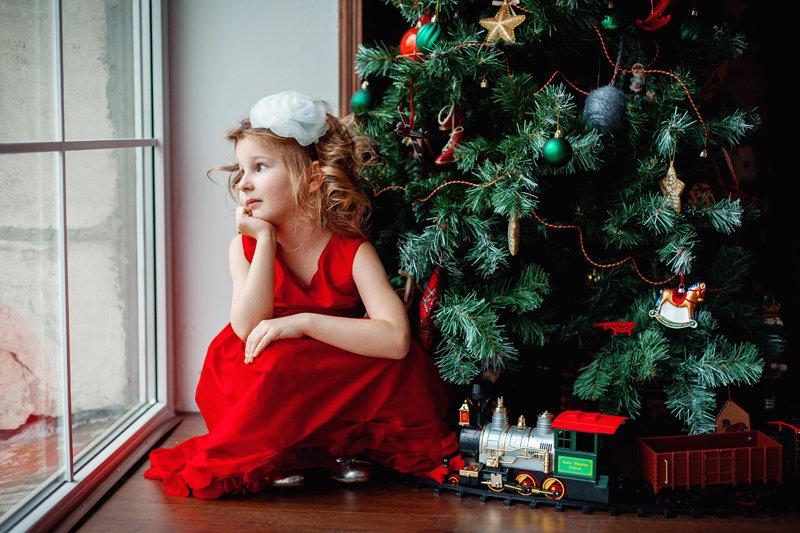 Новогодние фотосессии - прекрасный повод провести еще один день, собравшись всей семьей, ведь в суете повседневных забот у нас зачастую не хватает времени на самых родных людей.  Новый Год для многих ассоциируется с самыми светлыми моментами в