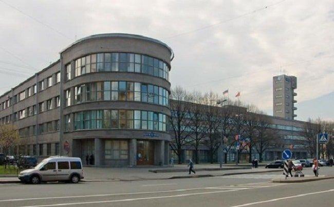 Всеохватность.  Конструктивизм всегда поражал своими размерами. Порой здания в этом стиле выглядели действительно огромно.