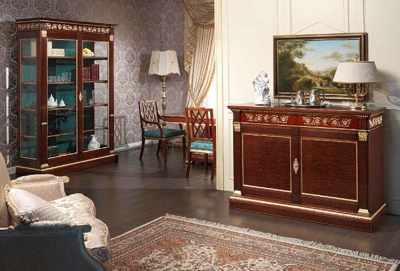 Основательный деревянный комод в гостиной