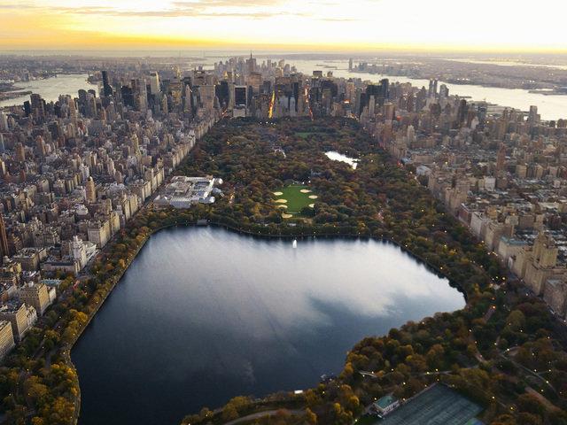Центральный парк Нью-Йорка в США фото. Каждый год Центральный парк в Нью-Йорке посещают около 25 миллионов человек, он является самым посещаемым парком