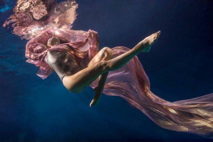 В её «Танцах под водой» оживают невероятные образы, завораживающие творческой энергией движения и непостоянством природных линий.