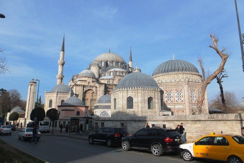 Мечеть Шехзаде. Купол мечети 18,42 м. Есть ещё 4 симметрично расположенных малых купола. Мечеть украшают 2 минарета высотой 55 метров. Фундамент по высоте примерно равен высоте постройки, под полами здания находится бассейн, благодаря которому летом здесь прохладно, а зимой тепло.