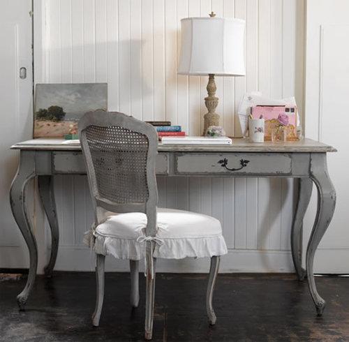 Антикварный стул и стол