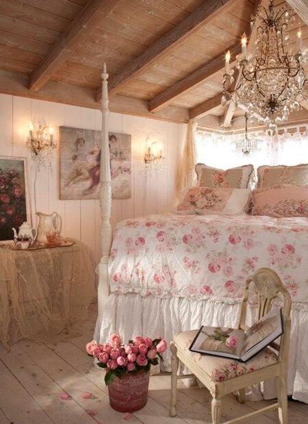 Белая кровать с колоннами и стульчик с мягкой обивкой