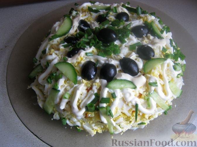 Слоеный салат с тунцом и оливками