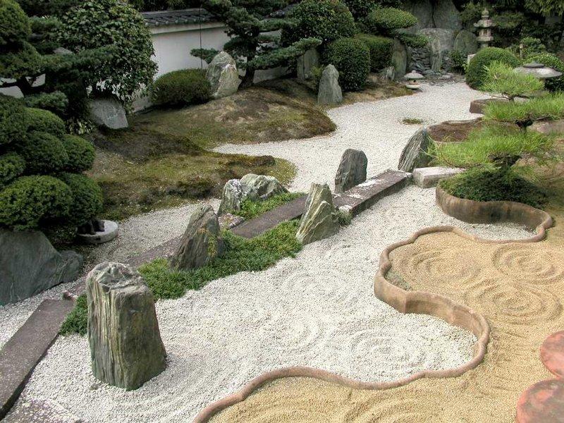 В дизайне японских садов крупные и мелкие камни являются важными элементами. Эта традиция сохранилась со времен создания самых первых садов в Японии