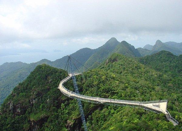Langkawi Sky Bridge в Малайзии длиной 125 м. находится на высоте 700 метров над уровнем моря. Мост закреплен на одной несущей опоре и тросах, прикрепленных к скалам.