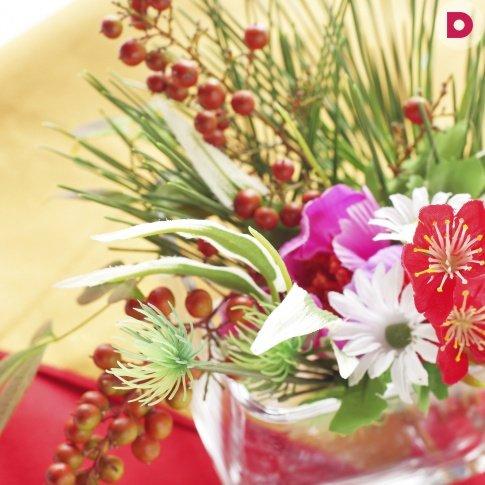 Основная задача икебаны — подчеркнуть красоту одного цветка. Их <br /> в композиции может быть несколько, но при этом один — главный, а <br /> прочие только подчеркивают его совершенство.