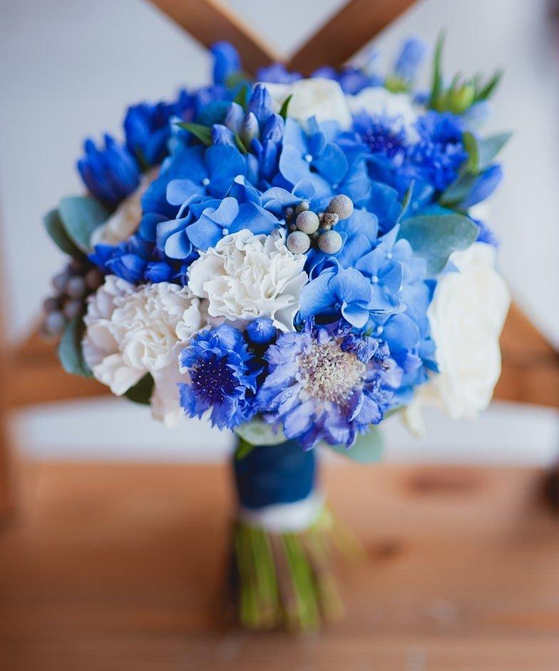 Букет из весенних цветов в бело синей гамме, герберы магазин цветы