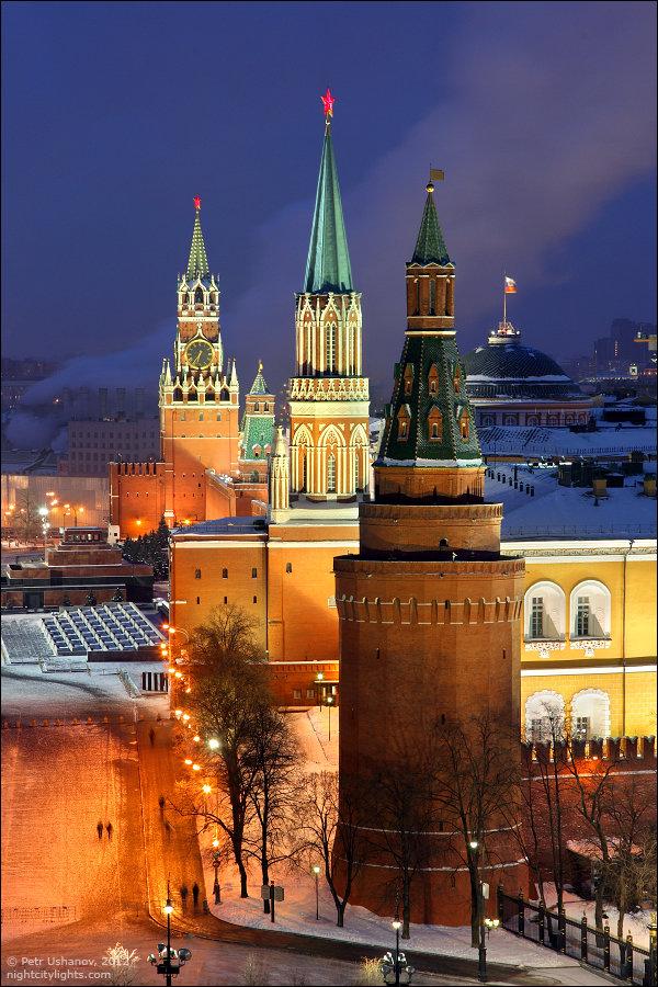 Москва. Башни Кремля: Угловая Арсенальная, Никольская, Сенатская и Спасская.